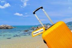 Sommar resväska med etiketten Arkivbild