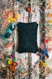 Sommar: Rolig bakgrund med den tomma svart tavlan i mitt Fotografering för Bildbyråer