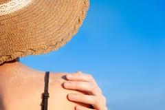 Sommar semestrar lynne: kvinnlig skuldra som täckas i sand i ljus blå bakgrund fotografering för bildbyråer