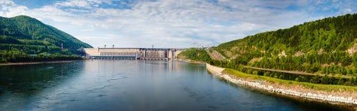 Sommar sikt av vattenkraftstationen på Yeniseiet River Arkivfoton