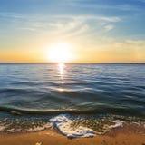 Sommar sjö på aftonen arkivbild