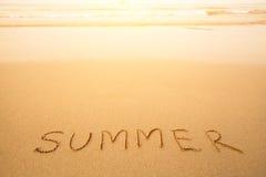 Sommar - skriftlig text räcker by i sand på en strand Royaltyfri Bild