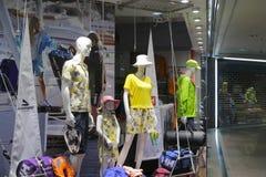 Sommar som beklär tillfälliga kläder Arkivfoto