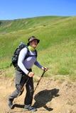 Sommar som fotvandrar i bergen Royaltyfria Bilder