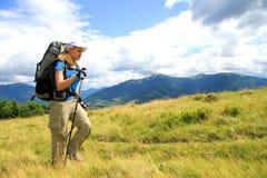 Sommar som fotvandrar i bergen Fotografering för Bildbyråer