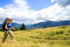 Sommar som fotvandrar i bergen Royaltyfri Fotografi