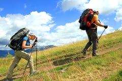 Sommar som fotvandrar i bergen Arkivfoto