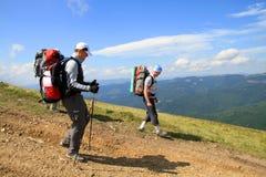 Sommar som fotvandrar i bergen Royaltyfri Bild