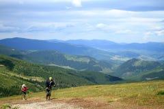 Sommar som fotvandrar i bergen Royaltyfri Foto