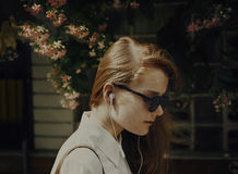 Sommar som lyssnar kyla anslutningsljudsignalbegrepp arkivbild