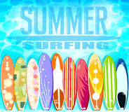 Sommar som surfar design med uppsättningen av färgrikt sväva för surfingbrädor stock illustrationer