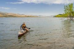 Sommar står upp paddleboard på sjön i Colorado Arkivfoton