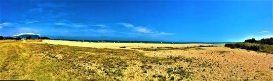 Sommar: strand och himmel royaltyfri foto