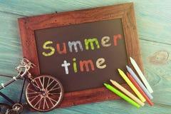 Sommar Tid - som är skriftlig med färgpennor på den svart tavlan Royaltyfri Foto