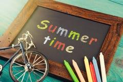 Sommar Tid - som är skriftlig med färgpennor på den svart tavlan Arkivbild