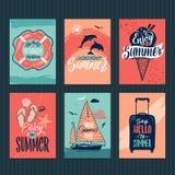 Sommar, tropiska vykort eller retro affischer med hand drog bokstäver också vektor för coreldrawillustration vektor illustrationer