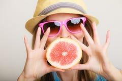 Sommar Turist- hållande grapefruktcitrusfrukt för flicka Arkivbilder