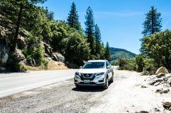Sommar turnerar över naturligt USA parkerar Turist- bil på observationsdäcket i den Yosemite nationalparken arkivbild