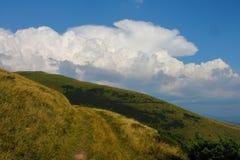 Sommar Ukraina, berg, solnedgång som är carpathian, bergskedja, landskap, turism, royaltyfri fotografi