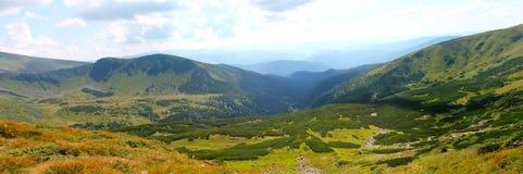 Sommar Ukraina, berg, solnedgång som är carpathian, bergskedja, landskap, turism, Royaltyfri Foto