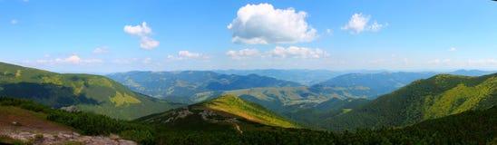Sommar Ukraina, berg, solnedgång som är carpathian, bergskedja, landskap, turism, royaltyfria foton