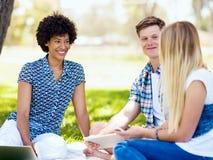 Sommar-, utbildnings-, universitetsområde- och studentbegrepp arkivbild