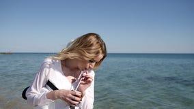 Sommar vilar på strand, härlig kvinnlig på stranden, ferier lager videofilmer