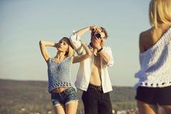 Sommar vilar ungdomarav mannen och kvinnor i sommar eller fjädrar Royaltyfri Fotografi