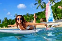Sommaraffärsföretag konkurrensar som dyker pölsportar som simmar vatten Kvinna som surfar i havet Lopp Vac Arkivfoton