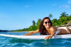 Sommaraffärsföretag konkurrensar som dyker pölsportar som simmar vatten Kvinna som surfar i havet Lopp Vac Royaltyfria Foton