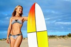 Sommaraffärsföretag konkurrensar som dyker pölsportar som simmar vatten surfa Sund surfareflicka Arkivfoto