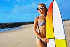 Sommaraffärsföretag konkurrensar som dyker pölsportar som simmar vatten surfa Sund surfareflicka Arkivbild