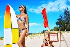 Sommaraffärsföretag konkurrensar som dyker pölsportar som simmar vatten surfa Sund surfareflicka Arkivfoton