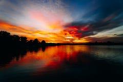 Sommarafton på floden Tyst och lugna afton Solen sjunker långsamt nedanför horisonten Solnedgång och skymning royaltyfri foto
