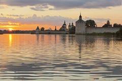 Sommarafton på sjön Siverskoe nära den Kirillo-Belozersky kloster Royaltyfria Bilder