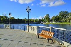 Sommarafton på Verhnee sjön (tysk: Oberteich). Kaliningrad Ryssland royaltyfria bilder