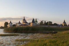 Sommarafton vid den Kirillo-Belozersky kloster Royaltyfria Foton