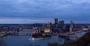 Sommaraftonpanorama av i stadens centrum Pittsburgh, Pennsylvania arkivfoto