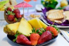 Sommaraperitif med frukt royaltyfri fotografi