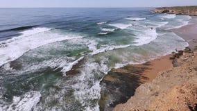 SommarAtlantic Ocean kust, Algarve, Portugal arkivfilmer