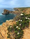 SommarAtlantic Ocean stenig kustlinje Algarve, Portugal Arkivfoton