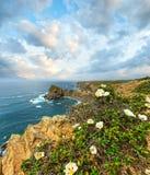 SommarAtlantic Ocean stenig kustlinje Algarve, Portugal Arkivbilder