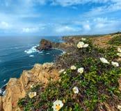 SommarAtlantic Ocean stenig kustlinje Algarve, Portugal Royaltyfri Bild