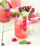 Sommarbärdrink Lemonad med hallonet och björnbäret med arkivbild