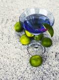 Sommarbakgrund med coctailexponeringsglas och limefrukter Arkivfoto