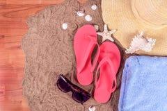 Sommarbakgrund med flipmisslyckanden, handduken, sjöstjärnan och exponeringsglas med den digitala minnestavladatoren med den vita royaltyfri fotografi