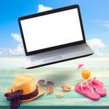 Sommarbakgrund med nödvändigheter och bärbara datorn Royaltyfria Foton