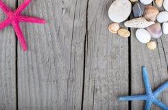 Sommarbakgrund med sjöstjärnaramen på gammalt trä Fotografering för Bildbyråer