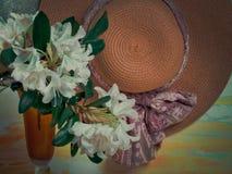 Sommarbakgrund med sugrörhatten och blommor royaltyfri fotografi