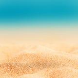 Sommarbakgrund - Sunny Beach med guld- sand arkivfoto